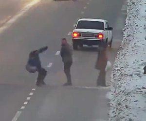 【動画】交通量が激しい道を横断する人達に怒ったドライバーが殴りかかって来る