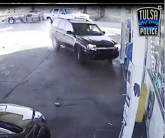 【動画】泥棒が車を盗もうとするが持ち主に気づかれ焦った泥棒が…