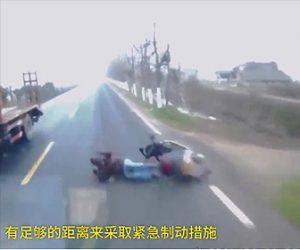 【動画】トラックの前を走るスクーターが転倒してしまいトラックに潰されてしまう