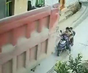 【動画】大型トラックが後ろにいる親子が乗ったバイクに気づかずバックしてしまい…