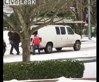 【動画】車のタイヤチェーンを間違って付けた車がスピンしまくる