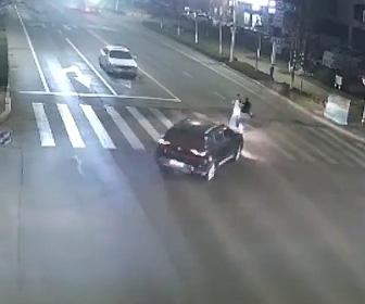 【動画】飲酒運転の男が横断歩道を渡る女子学生2人をはね飛ばしてしまう