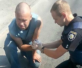 【動画】友人に安全ピンを抜いた手榴弾わたされた男性。友人は走って逃げる