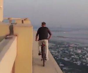 【動画】高層ビルの淵を自転車で走るクレイジー男