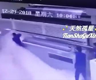 【閲覧注意動画】ビニールを巻き取る巨大な機械に作業員が巻き込まれてしまう衝撃事故