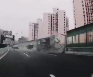 【動画】高速道路でレースをする車がトラックを追い越そうとするが大クラッシュ
