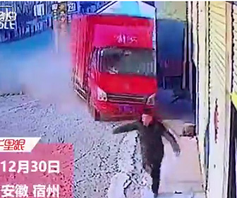 【動画】車と接触した猛スピードのトラックが男性に迫って来る衝撃映像