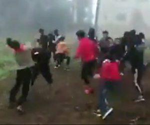 【動画】中国の学生達が激しい殴り合い。一斉に飛びかかり大乱闘になる