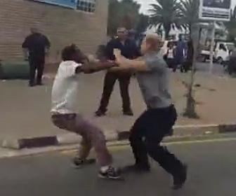 南アフリカで白人が黒人2人を殴り倒す