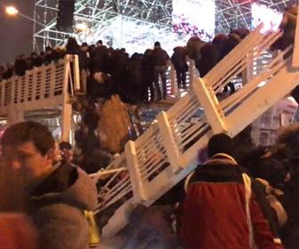 【動画】大晦日のカウントダウンイベントで大勢が乗った木製の橋が崩壊してしまう衝撃映像