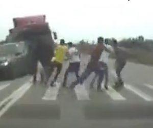 【動画】横断歩道を渡るグループに猛スピードのトラックが突っ込んで来る衝撃事故映像