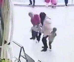 【動画】母親の目の前で子供を誘拐しようとする男