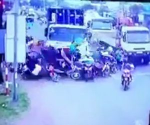 【ベトナム】信号待ちしている数十台のスクーターに猛スピードのトラックが突っ込む恐ろしい事故