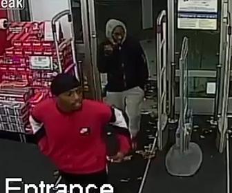 女性の財布をひったくる男