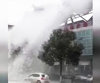 【動画】スタジアムの屋根から大量の雪が滑り落ちて来る衝撃映像