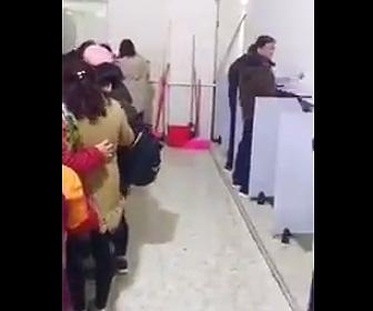 【動画】中国のトイレがヤバい。男性用トイレにも女性達が列を作る