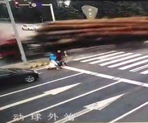 【動画】大量の丸太を積んだトラックが横転。巨大丸太が反対車線に突っ込んで来る恐ろしい事故