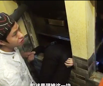 【動画】18歳男性が食事を運ぶエレベーターに挟まれてしまう衝撃映像