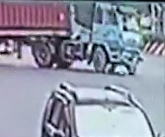 【動画】スクーターが大型トラックに潰されてしまうが運転手は奇跡的に助かる衝撃映像