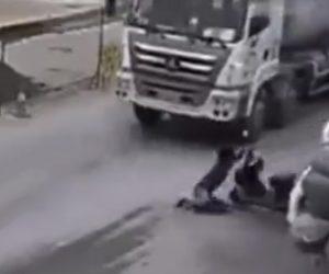 【動画】トラックに接触したスクーター運転手がミキサー車の下に撥ね飛ばされるが…