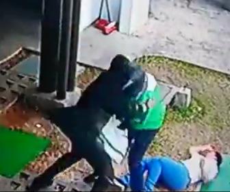 【動画】銃を持った3人の武装強盗VS屈強な警備員 至近距離で銃撃戦になる