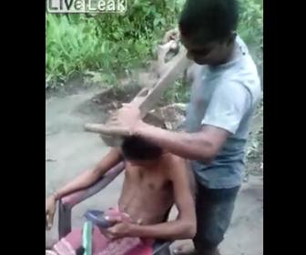 【動画】木を削る巨大なカンナで髪の毛を切る男性