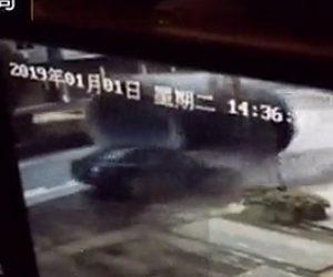 【動画】大型トラックから巨大なパイプが落下し対向車に直撃してしまう衝撃事故映像