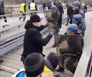 【動画】パリの暴動で警察官に素手で殴りかかる元ボクサー
