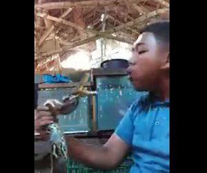 ヘビに噛み付かれる男性