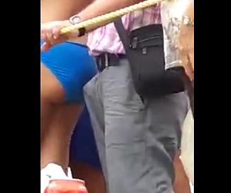 【動画】水着女性の後ろで興奮するおじさん
