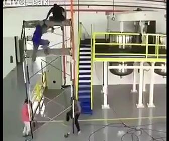 【動画】足場が倒れ上で作業していた作業員が落下してしまう衝撃事故