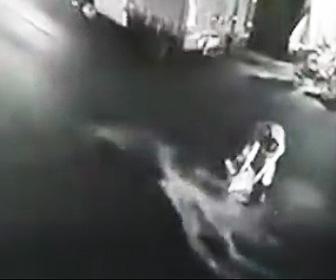 【動画】車道の真ん中に油を捨てる男。次々にバイクが転倒してしまう