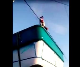 【動画】トラックの荷台で電線を持ち上げようとした作業員が感電してしまう