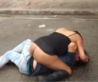 【動画】お尻丸見えの女性が馬乗りになり男性をボコボコに殴りまくる