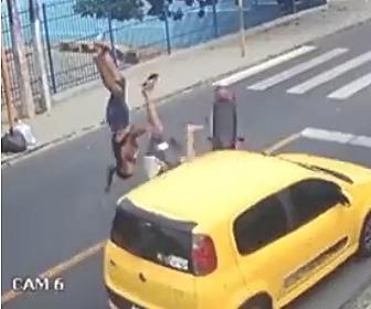 【動画】自転車と接触した2人乗りスクーターが反対車線の車と正面衝突してしまう衝撃事故