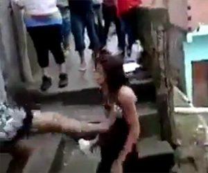 【動画】口論する女性が階段から蹴り落とされる衝撃映像