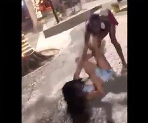【動画】女性2人が激しい喧嘩。おっぱいが見えるのも気にせず殴り合い