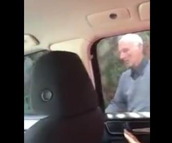 【動画】後部座席に人がいるのに気付かず車を盗もうとするおじいさん