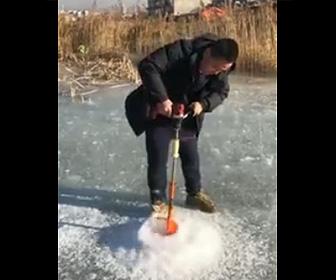【動画】中国製の電動ドリルで氷に穴を開けるが…