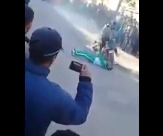 【動画】男性の上を走るバイクスタント失敗。猛スピードのバイクが男性に激突