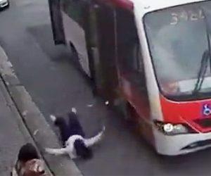 【動画】走行中のバスの扉が突然開いてしまい母と子供が転落してしまう