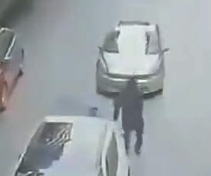 【動画】父と息子が手を繋いで歩いているが息子だけ車に轢かれてしまう衝撃事故