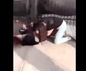 【動画】少女2人が喧嘩。髪の毛を引っ張り殴りまくる