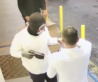 【動画】覆面をした強盗が宝石店オーナーに銃を突きつけ腕時計と指輪を奪い逃走