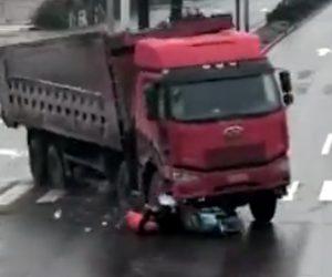 【動画】左折待ちで停車しているスクーターにコントロールを失ったトラックが後ろから突っ込む
