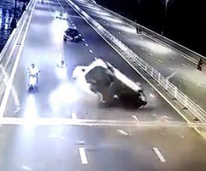 【動画】飲酒運転の車が猛スピードで反対車線の車とスクーターに突っ込む衝撃事故