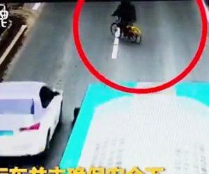 【動画】突然車道を横切ろうとする自転車が車にはね飛ばされる衝撃事故