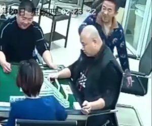 【動画】麻雀をしている男性にハサミで襲いかかる男がヤバい