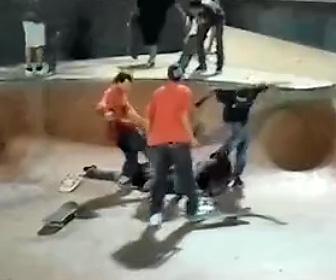 【動画】スケートパークで男性が激しい暴行されバッグを奪われる