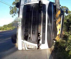 【動画】山道を走るバイクに反対車線から横転しながら砂利を積んだトラックが突っ込んで来る